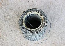 Försett med en hulling - trådstaket Roll Arkivbild