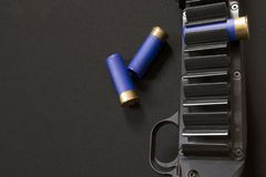 Försett med gångjärn kassettbälte, avtryckare och tre hagelgevärkassetter fotografering för bildbyråer