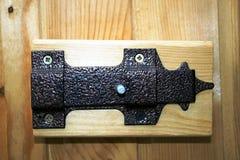Försett med gångjärn retro lås för metall på en trädörr Royaltyfri Bild