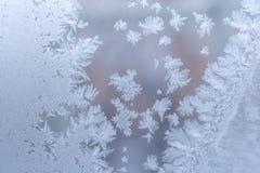 Försiktig behagfull frostig modell på fönsterexponeringsglas i vinter arkivfoton