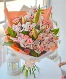 Försiktig bukett av orkidér och liljor royaltyfri illustrationer