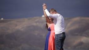 Försiktig förälskelsedans stock video