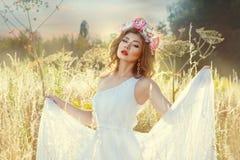 försiktig flickawhite för härlig klänning Royaltyfri Foto