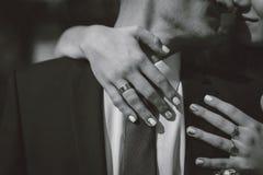 Försiktig hand av brudgummen i handen för brud` s Royaltyfria Bilder