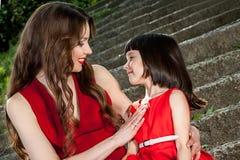 Försiktig kram för moder och för dotter Royaltyfri Fotografi