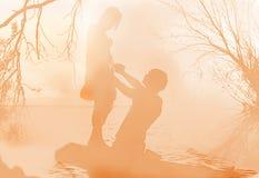 Försiktig romantisk mötesplats i en morgondimma stock illustrationer