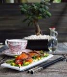 Försiktig sallad med en lax, en tioarmad bläckfisk royaltyfri fotografi