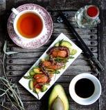 Försiktig sallad med en lax, en tioarmad bläckfisk royaltyfri foto