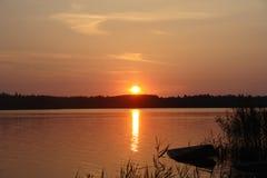 Försiktig solnedgång på sjön royaltyfri fotografi