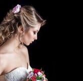 Försiktig stående av lyckliga le härliga sexiga flickor i den vita bröllopsklänningen Arkivbilder