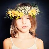 Försiktig ung skönhet Modestående av sommarflickan Royaltyfria Foton