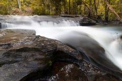 försiktig vattenfall Arkivfoto
