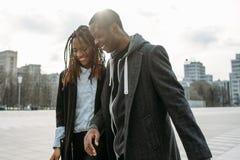 Försiktiga förhållanden svart le för par arkivfoto