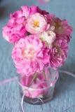 Försiktiga rosa rosor på trätabellen Royaltyfri Bild