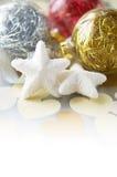 Försiktiga xmas-baubles på feriebakgrund Royaltyfri Fotografi