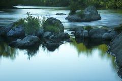 Försiktigt flöde, Farmington flod, Nepaug statlig skog, nya Hartford Royaltyfri Bild