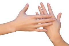 Försiktigt kvinnligt handlag vid handen arkivfoto