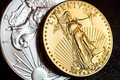 försilvra örnen och den guld- amerikanska örnen ett uns mynt Royaltyfria Bilder