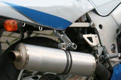 Försilvra avgasrörröret av en motorcykel arkivbilder