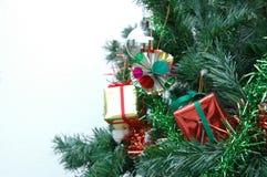 Försilvra bollen och framlägga på julträdet Fotografering för Bildbyråer