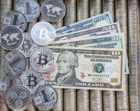 Försilvra crypto mynt Ethereum ETH, bitcoin BTC Papper fakturerar oss dollar Metallmynt läggas ut i slät bakgrund till varandra Arkivfoto
