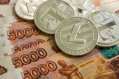 Försilvra crypto mynt Litecoin LTC, ryska rubel Metallmynt läggas ut i en slät bakgrund till varandra, tätt Arkivfoton