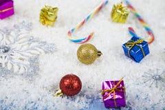 Försilvra dekorativa snöflingor och snöa på en blå träbackgroun Royaltyfri Fotografi
