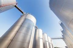 Försilvra den olje- behållaren i bakgrunden för blå himmel Royaltyfria Foton