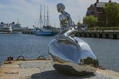 Försilvra den reflekterande statyn på munnen av en havhamn Royaltyfri Foto
