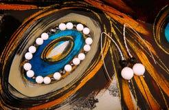 Försilvra för agatstenen för örhängen det keramiska svarta armbandet inget royaltyfria foton