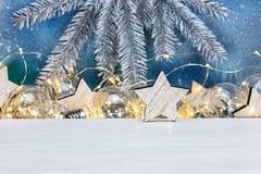 Försilvra filialen för julgranträdet, lantliga trästjärnor och glowin royaltyfri bild