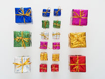 Försilvra, göra grön, slösar, rosa och guld- gåvaaskar på vit bakgrund, rött Royaltyfria Bilder