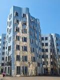 Försilvra Gehry Bauten i Tyskland i Duesseldorf, här den vita byggnaden arkivfoto