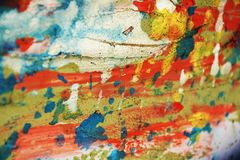 Försilvra grön orange blå röd pastellfärgad vaxartad fläckbakgrund och borsta slaglängder, toner, fläckar royaltyfria bilder