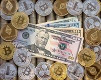 Försilvra guld- Crypto mynt Ethereum ETH, krusningen XRP, Litecoin LTC, bitcoin BTC Papper fakturerar oss dollar Metallmynt, närb Royaltyfria Foton