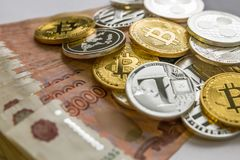 Försilvra guld- Crypto myntlitecoin LTC, bitcoin BTC, krusningen XRP, streck Rysk rubel Metallmynt läggas ut i en lägenhet Arkivbild