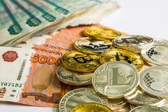Försilvra guld- Crypto myntlitecoin LTC, bitcoin BTC, krusningen XRP, streck Rysk rubel Metallmynt läggas ut i en lägenhet Royaltyfri Fotografi