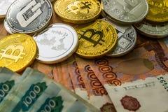 Försilvra guld- Crypto myntlitecoin LTC, bitcoin BTC, krusningen XRP, streck Rysk rubel Metallmynt läggas ut i en lägenhet Arkivbilder