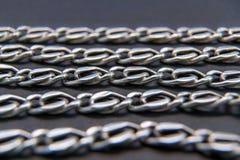 Försilvra halsbandet, kedjan, guld eller rostfritt stål - på svart backg fotografering för bildbyråer
