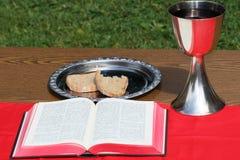 Försilvra koppen, med silverplattan och bröd Arkivfoton