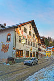 Försilvra kulöra Opel som framme parkeras av ett hus i Garmisch-Parte Arkivfoto
