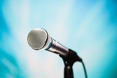 Försilvra mikrofonen Arkivfoton