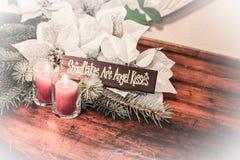 Försilvra och vita julstjärnagarneringar med ängeltecknet arkivfoton