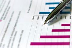 Försilvra Pen Showing Charts på finansiell rapport arkivfoton