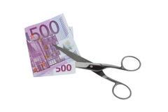 Försilvra sax som klipper den vikta sedeln mo för euro femhundra 500 Arkivbilder