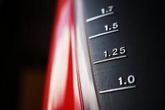 Försilvra skalan som mäter volymen av flytande (visande enheter i liter från halva till två liter) Arkivfoton