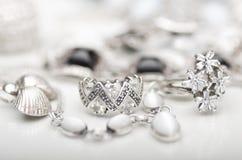 Försilvra smycken Arkivfoto