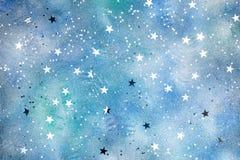 Försilvra stjärnakonfettier på blå bakgrund med färgrika fläckar arkivfoton