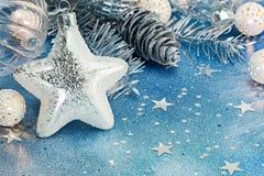 Försilvra stjärnan, semestra ljus och silverkottar för julträd arkivfoton