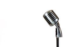 Försilvra tappningmikrofonen i studion på vit bakgrund Royaltyfri Foto